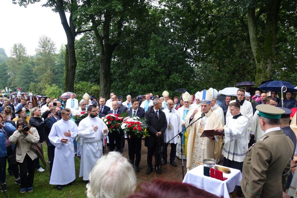 Arcybiskup Wojciech Polak, Prymas Polski, błogosławi pomnik ku czci Kapelanów Katyńskich w Wąwolnicy