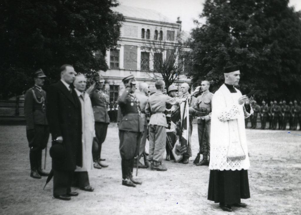 Ks. Stanisław Kontek podczas przysięgi, prawdopodobnie w jednej z jednostek wojskowych w Przemyślu.